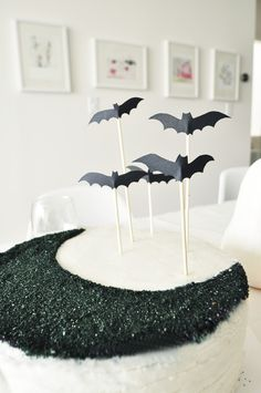 bat cake topper DIY with free printable! www.hellolucky.com