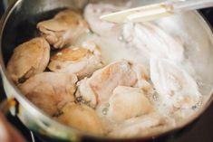 Чахохбили — национальное грузинское блюдо, которое практически не уступает шашлыку по популярности, и абсолютно все грузины знают, как сделать его. Изначально чахохбили готовилось из диких фазанов, но постепенно это мясо стало экзотичным, и на смену ему пришла обычная курятина. Чахохбили из ку