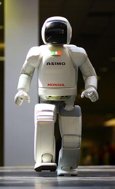 Asimo, az emberszabású robotok nagyöregje * Asimo is the veteran of the humanoid robots