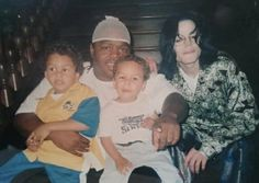 Okay so let's get this straight. That's Michael Jackson sitting on the stairway wearing a dollar patterned pajama, is that right? Jeff Porcaro, Michael Jackson Quotes, Michael Jackson Smile, Marlon Brando, Paul Mccartney, Familia Jackson, Michael Jackson Invincible, Jackson Family, King Of Music