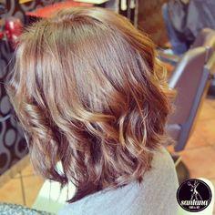 Media melena con ondas, corte de pelo jovial y peinado con aires románticos. #hair #haircut #hairstyles #fhasion #romantichair #boucles #hairart #woman #womenstyle #glamour #female #peinados #pelo #brillo #braids #santanahair #santanapeluqueros #alacant #alicante #alicantecity #barbershop #CitaOnLine  (en SantanaPeluqueros Hair&Art, Alicante)