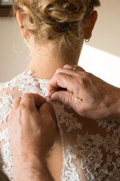 Zoveel kleine knoopjes, deze mooie bruid werd helemaal dichtgeknoopt door haar ouders. voor haar mooiste dag! Een schitterende jurk. en een mooi polsboeket van BloemenC een mooie bruid in afwachting van haar mooiste dag samen met haar ouders. Geweldig om als fotograaf bij dit intieme moment aanwezig te mogen zijn om dit vast te leggen. Huwelijksfotografie met gevoel voor detail. Spontaan, liefdevol.