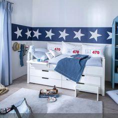Ahoi! Bett mit viel Stauraum für kleine Kinderzimmer >> Maritimes Jungendzimmer in weiß und blau mit einer Prise rot, Kojenbett in weiß als Mittelpunkt des Raumes.