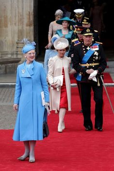 Leaving William and Kate's wedding : Queen Margarethe of Denmark in the front ( the tallest Royal !)