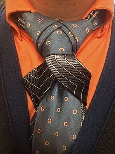 This is another example of how a unique look can come from combining concepts of different knots. I also like the subtle outline on the blade provided by the striped necktie.