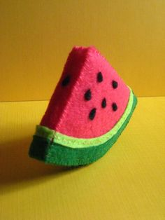 Felt Slice o' Watermelon -cute felt fruit Felt Diy, Felt Crafts, Fabric Crafts, Sewing Crafts, Felt Food Patterns, Felt Fruit, Felt Cupcakes, Felt Play Food, Crochet Food