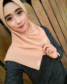 screenshot gallery of hottest popular celebrities Muslim Fashion, Hijab Fashion, Hijab Tutorial, Hijab Outfit, Celebrities, Gallery, Popular, Outfits, Style