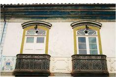 Na Casa do Barão de Pontal (deputado e presidente da província de Minas Gerais de 1831 a 1833) está a única sacada do Brasil trabalhada artisticamente em pedra-sabão. Estilo Colonial, Soapstone, Minas Gerais, Brazil, Houses