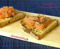 Bruschette al salmone affumicato, ricetta finger food per aperitivo o antipasto facile e veloce da preparare. Blog giallo zafferano.