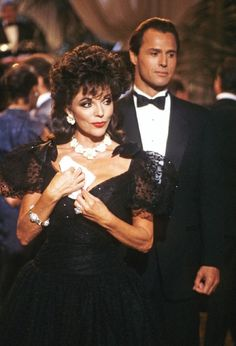 Alexis Carrington (Joan Collins) is dripping in jewelry, showing that more is more is the mantra of style. Diva Fashion, Star Fashion, Carrington Dynasty, Dynasty Tv Show, Alexis Carrington, Der Denver Clan, Dame Joan Collins, Nostalgia, New Wife