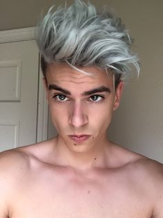 The grey or pearl white hair color trend has became the latest hair trends for men and women. Silver Hair Men, Medium Hair Styles, Short Hair Styles, Men Blonde Hair, Gray Hair, Platinum Blonde Hair Men, Grey Hair Men, Blond Men, Lilac Hair