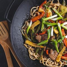 Mmmm, stir-fry fillet with spring vegetables. Resistance is fultile! Check out the recipe courtesy of * * * Steamed Vegetables, Fresh Vegetables, Steak Stir Fry, Beef Fillet, Stir Fry Noodles, Asian Recipes, Ethnic Recipes, Veggie Stir Fry, Soul Food