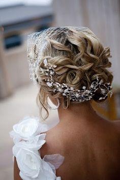 Bodas y Tradición se rompen con una novia sin velo pero con peinado recogido! #brides
