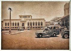 Oplet didepan Stasiun Beos Jakarta Kota 1955.