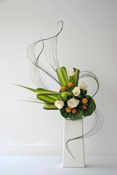 Creative Flower Arrangements, Floral Arrangements, Japanese Flowers, Japanese Art, Arreglos Ikebana, Cascade Bouquet, Christmas Arrangements, Arte Floral, Floral Centerpieces