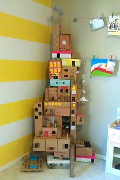 Ett dekorativt kartonghus att leka med gör du enkelt själv eller med barnen. Fint med gulrandig fondvägg!