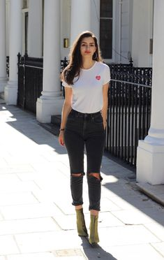 ankle boots asos autumn farleigh fashion high waisted mom jeans new look ripped jeans tshirt velvet velvet boots white tshirt T-shirt Und Jeans, Girl Fashion, Fashion Outfits, Fashion Ideas, Fashion Shoes, Fashion Tips, Black Jeans Outfit, Ankle Boots, High Waisted Mom Jeans