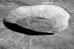Vu de la Terre, Giordano Bruno, est un cratère rayonnant de 22 km de diamètre…