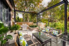 Sitzbereich im Freien und ein kleiner mobiler Outdoor-Grill