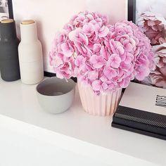 #respost Flores alegram e transformam o ambiente queria ter tempo para cuidar de um jardim e dele colher flores lindas para decorar e dar mais vida ainda na minha casinha. Quem também gosta de flores para dar aquele toque especial em casa? {pic via @theeyespymilkbar} arrasou na organização e detalhes . . #decasalimpa #decor #flores #home #casa #lar #detalhes #flowers #homedecor #oragnização #amorpelolar #organizandocomcharme #casaorganizada #lar