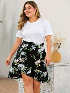 To find out about the Plus Floral Print Asymmetrical Ruffle Hem Skirt at SHEIN, part of our latest Plus Size Skirts ready to shop online today! Plus Size Skirts, Plus Size Outfits, Plus Size Kleidung, Types Of Skirts, Skirts For Sale, Dress Tutorials, Fashion News, Fashion Edgy, Fashion Black