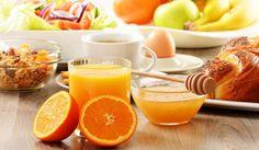 Despre importanţa micului dejun au scris mulţi nutriţionişti. Dar, chiar dacă mulţi dintre noi mâncăm această masă dimineaţa, înainte de a pleca de acasă, puţini ştim ce alimente ar trebui de fapt să consumăm.