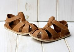 SIZES: US 2 to 7.5 - > EU 16 to 24  Hand-made. 100% natural leather: soft, light, easy to slip on.  Shoe width around the ankle is regulated with a
