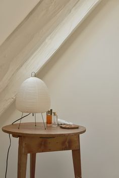 Noguchi lamp on side table in Copenhagen apartment. Bedside Table Lamps, Bedroom Lamps, Lamp Table, Isamu Noguchi, Copenhagen Apartment, Round Wood Table, Skandinavisch Modern, Copenhagen Design, Snuggles