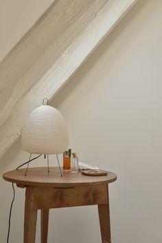 Noguchi lamp on side table in Copenhagen apartment. Bedside Table Lamps, Bedroom Lamps, Lamp Table, Noguchi Lamp, Isamu Noguchi, Townhouse Apartments, Copenhagen Apartment, Round Wood Table, Skandinavisch Modern