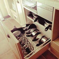 女性で、4LDKのつっぱり棒/セリア/収納/オーダーキッチン/タイルトップ/ナチュラル…などについてのインテリア実例を紹介。「IH下。フライパン・鍋の収納。書類ケースだけだと軽くて動くので手前を突っ張り棒でブロックしました☻ 蓋はスタンドラックに立ててます。」(この写真は 2014-06-29 14:47:19 に共有されました) Kitchen Pantry Design, Kitchen Organization Pantry, Kitchen Storage Solutions, Home Decor Kitchen, Kitchen Furniture, Kitchen Interior, Home Organization, Organizing, Kitchen Design Software