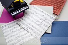 Neuer Hintergrundstempel Sheet Music von Stampinup - angewendet in einer Explosionsbox mit einem Klavier.