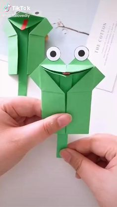 Origami video. Frog. . . Step By Step #awesome #hamdmade #art #paper #diy #origami #Video #stepbystep #decoration #easy Origami Videos, Instruções Origami, Origami Simple, Modular Origami, Diy Crafts For Kids Easy, Diy Crafts Videos, Creative Crafts, Diy Toys Easy, Creative Ideas