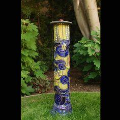 Mosaic Garden Art, Mosaic Tile Art, Mosaic Flower Pots, Mosaic Glass, Glass Art, Stained Glass, Pebble Mosaic, Garden Poles, Mosaic Designs
