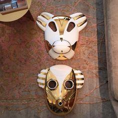E se hoje nos mascarássemos de urso ou de macaco? Com certeza ninguém recusaria o convite principalmente se as máscaras fossem inspiradas nestas que temos no nosso showroom em Lisboa desenhadas pelo criador Jaime Hayón para a Bosa e que são ótimas sugestões para pendurar na parede e decorar os ambientes! Bom Carnaval !!! #bosa #jaimehayon #showroom #objetos #objects #design #decoração #ceramics #interiors #stores #lojas #lisboa #maskhayon #news #trends #lisbonne #lisbon #quartosala