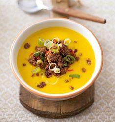 Kürbis-Orangen-Suppe mit Chilihack Rezept: Hokkaidokürbis,Kartoffeln,Zwiebel,Chilischote,Ingwer,Öl,Curry,Orangensaft,Gemüsebrühe,Lauchzwiebeln,Beefsteakhack,Salz,Pfeffer