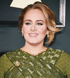"""""""#Adele segue com a linha retrô mas dessa vez com uma pegada mais brilhosa: ela apostou em um delineado prata acima do preto que deu um ar super rico para o look. O coque desconstruído ajudou a criar um look mais fresh. Impecável."""" @eufernandotorquatto está ao vivo no nosso site comentando a maquiagem e o cabelo das famosas que passam pelo red carpet do #Grammy. Corra para o link da bio!  via ELLE BRASIL MAGAZINE OFFICIAL INSTAGRAM - Fashion Campaigns  Haute Couture  Advertising  Editorial…"""