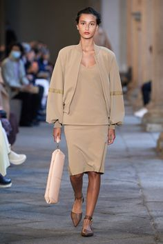 Max Mara, Vogue Fashion, Fashion Show, Fashion Design, Fashion Trends, Vogue Paris, Edgy Chic, Backstage, Vogue Russia