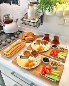 Food And Drink Breakfast - Recipes Breakfast Platter, Breakfast Table Decor, Brunch Table, Turkish Breakfast, Breakfast Bread Recipes, Good Food, Yummy Food, Food Platters, Food Decoration