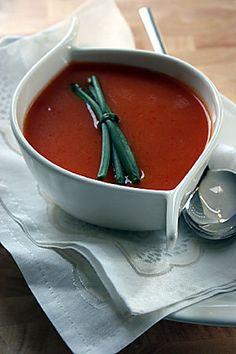 Cuma günü ablamın misafirleri için güzel domates çorbası tarifi aramaya başladık. Akşama forumdaki çorba tariflerinden _merih_ isimli üyemizin yazdığı tarifi -sadece suyunu azaltarak- denedik. Çorbayı çok beğendiğimiz için ertesi akşam kendimiz için tekrar bu çorbadan hazırladım. Tarif için teşekkürler Merih!...