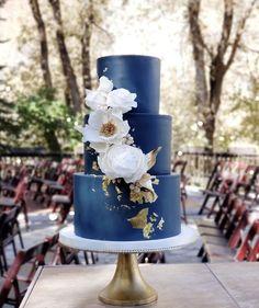 chocolate wedding cakes with strawberries Azul Pantone, Pantone 2020, Bleu Pantone, Pantone Color, Blue Wedding Decorations, Blue Cakes, Summer Wedding Colors, Wedding Cake Designs, Cake Wedding
