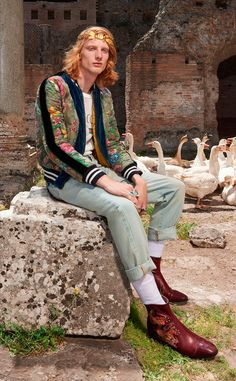 Alessandro Michele unveiled his Resort 2018 collection for Gucci. Shop Gucci HERE! Mens Fashion 2018, Gucci Fashion, Fashion Deals, Style Royal, My Style, Alessandro Michele Gucci, Bohemian Style Men, Gucci 2018, Cruise Outfits