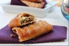 buns à la viande hachée - pain brioché farci - Mince Meat, Lebanese Recipes, Iftar, Cheesesteak, Hot Dog Buns, Love Food, Sandwiches, Food And Drink, Bread