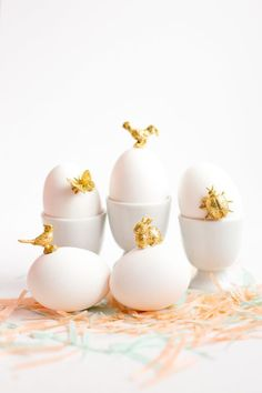 Transform your Easter Eggs into Make this sweet, simple gold animal Easter Eggs DIY. Gold paint and glitter brings charm to these spring-time animals. Easter Brunch, Easter Party, Decoration Vitrine, Easter Egg Designs, Easter Ideas, Easter Egg Dye, Gold Easter Eggs, Diy Ostern, Easter Celebration