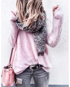 Lubie de rose d'ailleurs j'ai envie de faire un mur en rose pâle à la maison ^^ • pull @prettywireshop #prettywire • echarpe #pullandbear (rayon hommes) • jean #zara • sac @grafea •