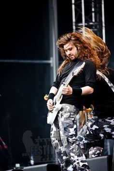 I love guys with long hair.. seriously.