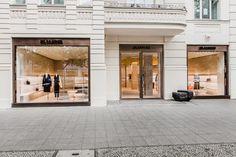 La griffe de prêt-à-porter allemande rouvre sa boutique berlinoise, qui a été…