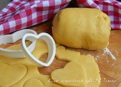 pasta frolla per biscotti ricetta base per realizzare dei golosi e friabili biscotti fatti in casa. Ricetta perfetta per fare in casa degli ottimi biscotti