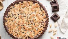 La torta del nonno è una curiosa variante della famosa torta della nonna: questa versione è realizzata con pasta frolla al cacao ripiena di crema al cioccolato!