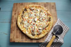 Mar 2020 - If you're having trouble deciding between pizza and a donair, this creative twist on a classic is the way to go. Donair Meat Recipe, Donair Sauce, Canadian Cuisine, Canadian Food, Healthy Meals To Cook, Easy Meals, Pizza Recipes, Cooking Recipes, Recipes