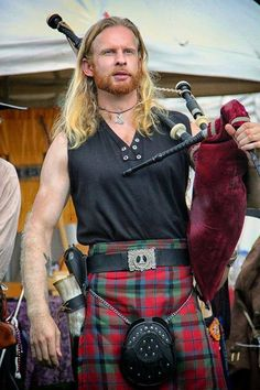 Kilted piper